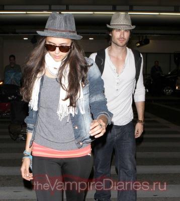 Йен Сомерхалдер и Нина Добрев так похоже одеты в Международном Аэропорту Лос-Анджелеса - они парочка клонов!
