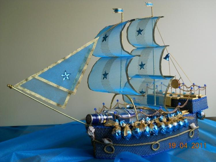 Корабль с бутылкой из конфет своими руками фото