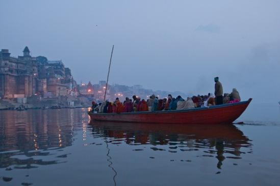 Лодка с паломниками на Ганге.