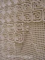 Объемные коврики вяжутся на филейной сетке различными столбиками.