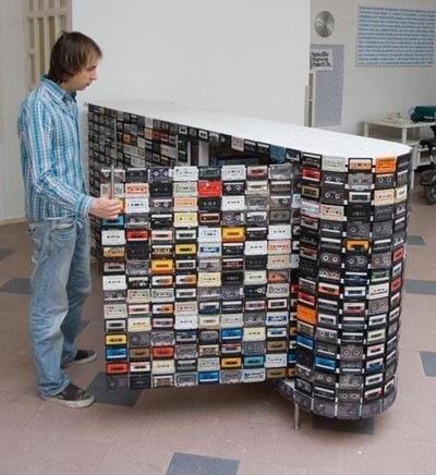 лайфхакеры, что можно делать со старыми VHS-кассетами.  Их уже даже детские дома задаром не берут - везде двдшники.