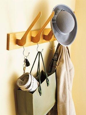 Еще можно сделать вешалки настенные из старых сломанных плечиков для одежды.