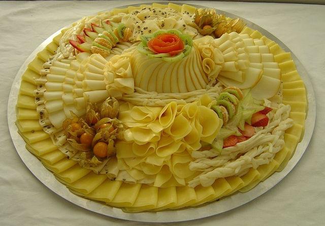 нарезки писала,сегодня подборка красиво оформленных сырных тарелок,плюс полезная схема про сочетание сыров с другими...